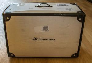 Die Box von Outfittery kam mit DHL.